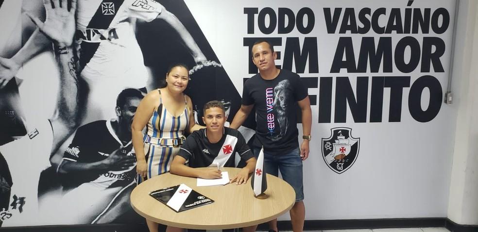 Ao lado da mãe, Regilane, e do pai, Ricardo, Paulinho assina com o Vasco