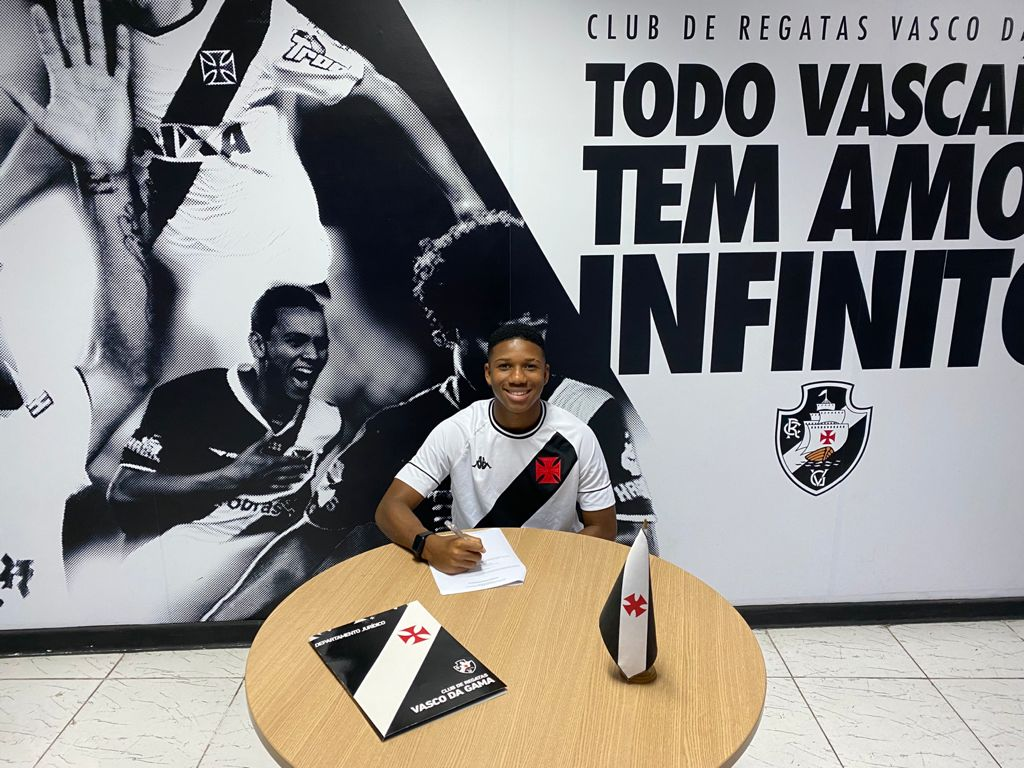 Leandrinho assina seu primeiro contrato profissional