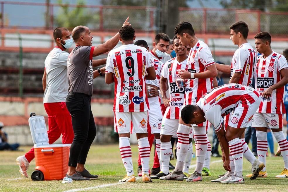 Técnico do Bangu e referência de Riquelme, Felipe elogiou início do lateral no profissional do Vasco